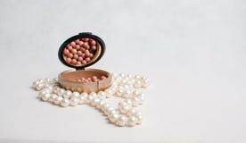 Χάντρες μαργαριταριών και ένα κιβώτιο του ρουζ Στοκ εικόνα με δικαίωμα ελεύθερης χρήσης