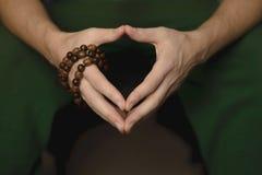 Χάντρες προσευχής για την περισυλλογή στα χέρια των ατόμων Ειρήνη, συνειδητοποίηση και mindfulness στοκ φωτογραφία με δικαίωμα ελεύθερης χρήσης