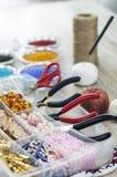Χάντρες, χειροποίητη μίμησης παραγωγή κοσμήματος στοκ εικόνες