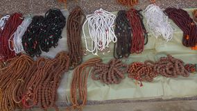 Χάντρες Rudraksha για την πώληση στην τοπική αγορά στο Κατμαντού, Νεπάλ απόθεμα βίντεο