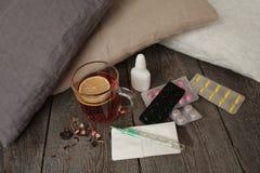 Χάπια, θερμόμετρο, ιατρικό τσάι με το λεμόνι Στοκ εικόνα με δικαίωμα ελεύθερης χρήσης