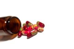 Χάπια και ανοιγμένο μπουκάλι Στοκ εικόνα με δικαίωμα ελεύθερης χρήσης