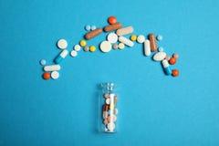 Χάπια και εθισμός στα ναρκωτικά Αντιβιοτικό, aspirin, ασβέστιο Έννοια έκτακτης ανάγκης στοκ φωτογραφία με δικαίωμα ελεύθερης χρήσης