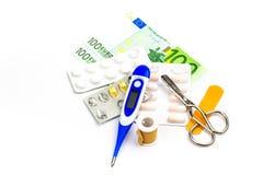 Χάπια και εξοπλισμός πρώτων βοηθειών με το τραπεζογραμμάτιο ως σύμβολο του expe Στοκ φωτογραφίες με δικαίωμα ελεύθερης χρήσης