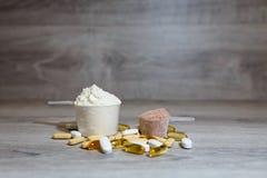 Χάπια και κάψες Omega 3, carnitine, της κρεατίνης, του παχιού ενισχυτή καυστήρων, BCAA ή τεστοστερόνης Αθλητικές ιατρικές βιταμίν στοκ φωτογραφίες με δικαίωμα ελεύθερης χρήσης