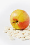 Χάπια και μήλο Στοκ Φωτογραφίες