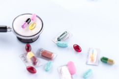 χάπια και στηθοσκόπιο Στοκ φωτογραφία με δικαίωμα ελεύθερης χρήσης