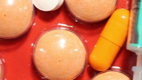 Χάπια και φάρμακα σε έναν πίνακα απόθεμα βίντεο