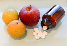 Χάπια και φρούτα βιταμίνης C Στοκ φωτογραφίες με δικαίωμα ελεύθερης χρήσης