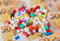 Χάπια και χρήματα - επιχειρησιακό ιατρικό υπόβαθρο στοκ φωτογραφίες