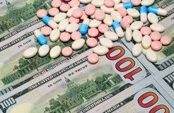 Χάπια και χρήματα Στοκ Φωτογραφίες