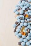 Χάπια και multivitamins Στοκ φωτογραφία με δικαίωμα ελεύθερης χρήσης