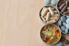 Χάπια και multivitamins Στοκ Φωτογραφίες