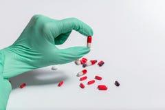 Χάπια μέσω της ενίσχυσης - γυαλί Στοκ φωτογραφία με δικαίωμα ελεύθερης χρήσης