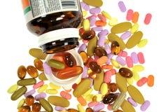 Χάπια στην άσπρη ανασκόπηση Στοκ Φωτογραφίες