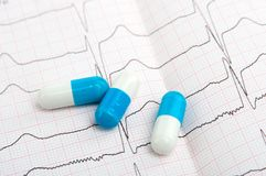 Χάπια στο καρδιογράφημα Στοκ Εικόνες