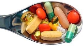 Χάπια στο κουτάλι που απομονώνεται στοκ φωτογραφίες