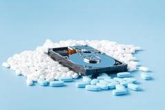 Χάπια στο σκληρό δίσκο υπολογιστών, υπόβαθρο έννοιας Στοκ εικόνα με δικαίωμα ελεύθερης χρήσης