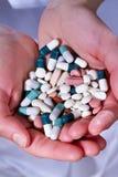 χάπια χεριών Στοκ εικόνα με δικαίωμα ελεύθερης χρήσης