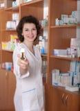 χάπια χημικών μπουκαλιών που εμφανίζουν νεολαίες Στοκ Φωτογραφίες
