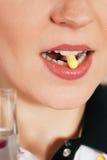 χάπι που παίρνει τη γυναίκα Στοκ Εικόνα