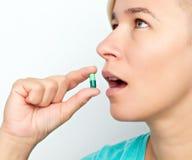 χάπι που παίρνει τη γυναίκα στοκ φωτογραφία με δικαίωμα ελεύθερης χρήσης