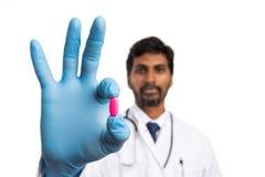 Χάπι που παρουσιάζεται ρόδινο από το γιατρό στοκ εικόνες