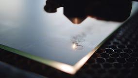 Χάραξη λέιζερ στον καθρέφτη που χρησιμοποιεί την εξειδικευμένη CNC μηχ απόθεμα βίντεο