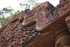 Χάραξη λεπτομέρειας στο ναό Banteay Srei στην Καμπότζη Στοκ Εικόνες