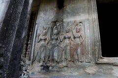 Χάραξη πετρών apsara χορού στον τοίχο σε Angkor Wat Στοκ Εικόνες