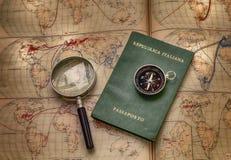 Χάρτες και διαβατήριο για το ταξίδι και την περιπέτεια στον κόσμο ελεύθερη απεικόνιση δικαιώματος