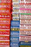 Χάρτες και τουριστικοί οδηγοί της Φλωρεντίας για την πώληση στη Φλωρεντία, Ιταλία Στοκ Εικόνες