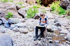 Χάρτης ανάγνωσης παιδιών μικρών παιδιών στο ίχνος βουνών Στοκ Φωτογραφίες