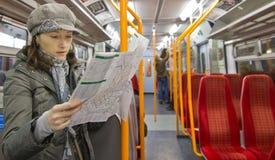 Χάρτης ανάγνωσης τουριστών Στοκ φωτογραφία με δικαίωμα ελεύθερης χρήσης