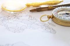 χάρτης, ενίσχυση - γυαλί και παλαιά πυξίδα Εκλεκτική εστίαση Έννοια προορισμού ταξιδιού στοκ εικόνες