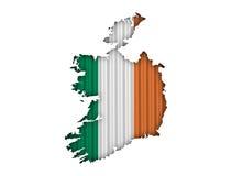 Χάρτης και σημαία της Ιρλανδίας στο ζαρωμένο σίδηρο Στοκ Εικόνες