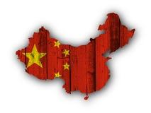 Χάρτης και σημαία της Κίνας στο ξεπερασμένο ξύλο Στοκ Φωτογραφίες