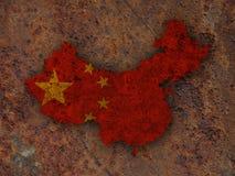 Χάρτης και σημαία της Κίνας στο σκουριασμένο μέταλλο Στοκ Φωτογραφίες