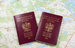 Χάρτης και δύο διαβατήρια έτοιμοι να χρησιμοποιηθούν Φωτογραφία χρώματος Στοκ Εικόνες