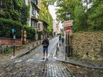 Χάρτης μελετών τουριστών σε μια οδό Montmartre, Παρίσι, Γαλλία Στοκ Φωτογραφία