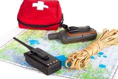 Χάρτης, πλοηγός ΠΣΤ, φορητό ραδιόφωνο, σχοινί και εξάρτηση πρώτων βοηθειών στο α Στοκ Φωτογραφία
