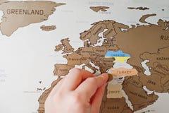 Χάρτης ταξιδιού γρατσουνιών του κόσμου Το χέρι του ατόμου σβήνει την Ευρώπη Τουρκία Στοκ Φωτογραφία