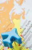 Χάρτης της Αμερικής με το πρότυπο αεροπλάνο καρφιτσών ώθησης πέρα από τη Νέα Υόρκη Στοκ Φωτογραφία