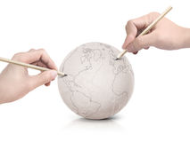 Χάρτης της Αμερικής σχεδίων κτυπήματος δύο χεριών στη σφαίρα εγγράφου Στοκ Φωτογραφία
