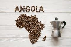 Χάρτης της Ανγκόλα φιαγμένης από ψημένα φασόλια καφέ που βάζουν στο άσπρο ξύλινο κατασκευασμένο υπόβαθρο με τον κατασκευαστή καφέ Στοκ εικόνα με δικαίωμα ελεύθερης χρήσης