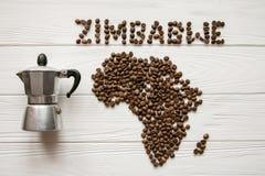 Χάρτης της Ζιμπάμπουε φιαγμένης από ψημένα φασόλια καφέ που βάζουν στο άσπρο ξύλινο κατασκευασμένο υπόβαθρο με τον κατασκευαστή κ Στοκ φωτογραφία με δικαίωμα ελεύθερης χρήσης