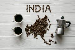Χάρτης της Ινδίας φιαγμένης από ψημένα φασόλια καφέ που βάζουν στο άσπρο ξύλινο κατασκευασμένο υπόβαθρο Στοκ φωτογραφία με δικαίωμα ελεύθερης χρήσης