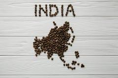 Χάρτης της Ινδίας φιαγμένης από ψημένο χάρτη φασολιών καφέ της Ασίας φιαγμένης από ψημένο καφέ bes που βάζει στο άσπρο ξύλινο κατ Στοκ Φωτογραφίες