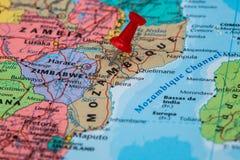 Χάρτης της Μοζαμβίκης ένα κόκκινο pushpin που κολλιέται με Στοκ Φωτογραφία