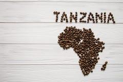 Χάρτης της Τανζανίας φιαγμένης από ψημένα φασόλια καφέ layin στο άσπρο ξύλινο κατασκευασμένο υπόβαθρο Στοκ φωτογραφία με δικαίωμα ελεύθερης χρήσης